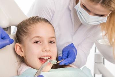 歯医者で治療を受ける